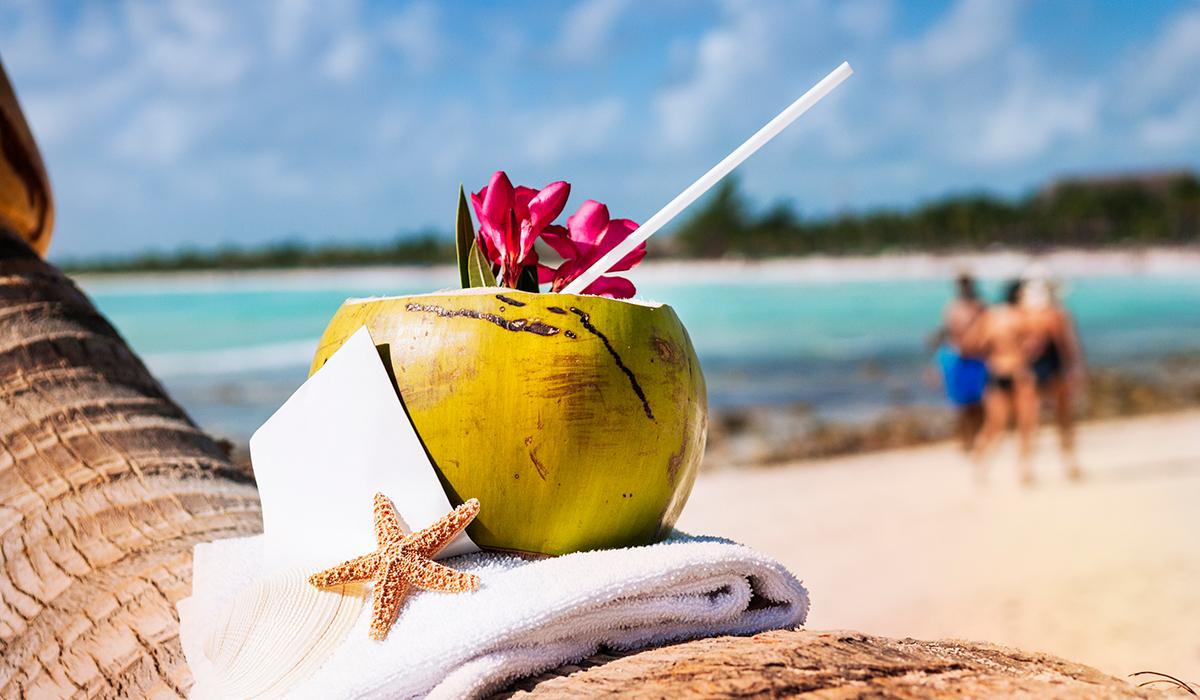 Playa del Carmen con bebida con coco.